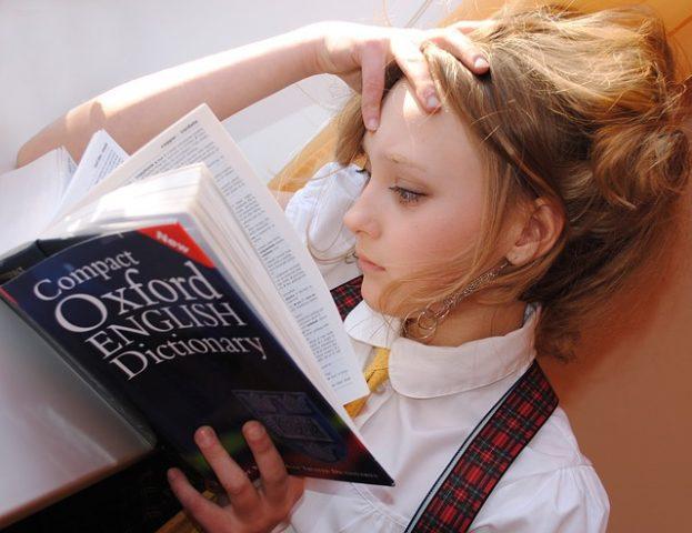 英語学習する女の子
